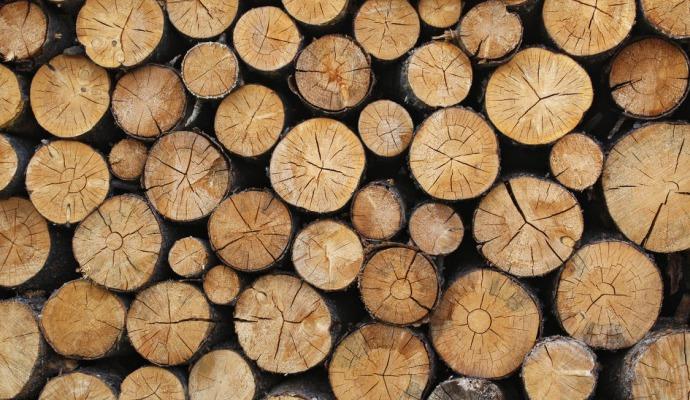 Při štípání miřte na praskliny, dřevo pak často povolí na jednu ránu.