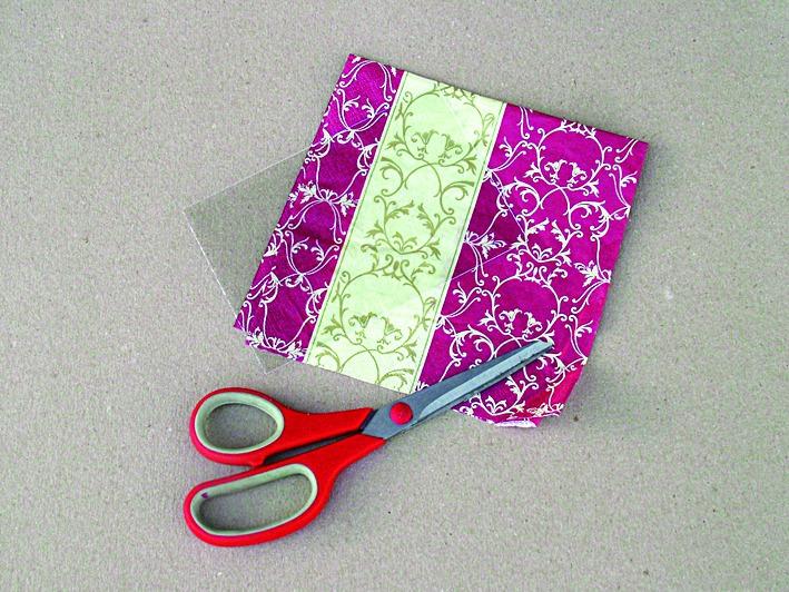 7.  Připravte si pěkné motivy z ubrousku, kterými ozdobíte skla v rámečcích