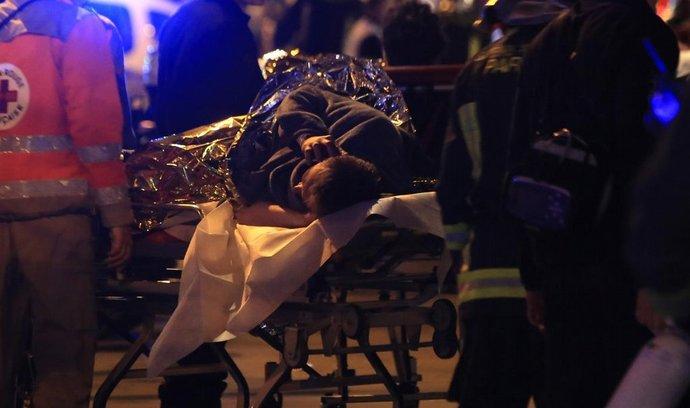 Teroristické útoky v Paříži: záchranáři zasahují před koncertní síní Bataclan