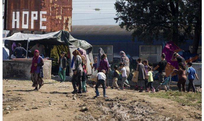 Srovnání situace v uprchlickém táboře Idomeni 26. května a 29. května po jeho vyklizení.
