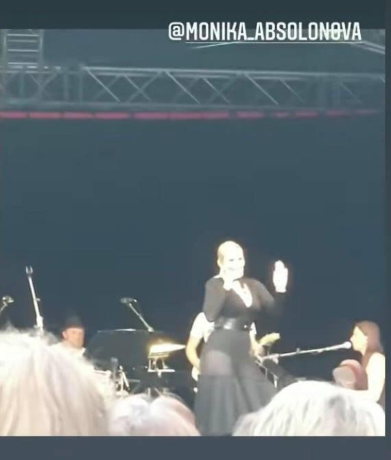 Monika Absolonová na svém koncertě sexy a usměvavá