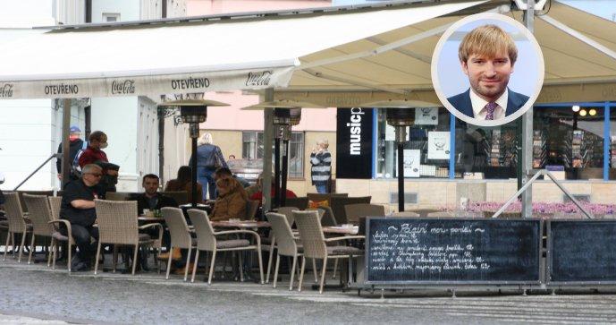 Ministr Vojtěch zvažuje, že by bezinfekčnost návštěvníků musely kontrolovat i restaurace.