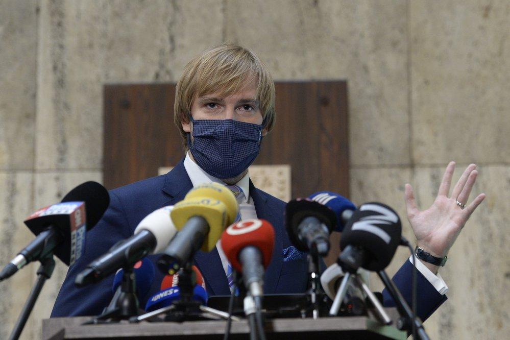 Ministr zdravotnictví Adam Vojtěch (za ANO) na tiskové konferenci (17.9.2020)