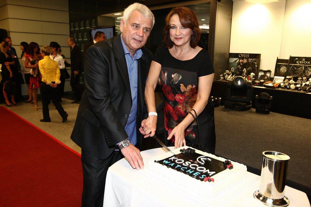Manželé Zlata Adamovská a Petr Štěpánek rozkrojili dort