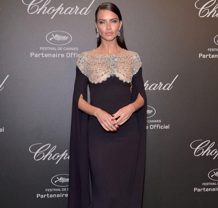 Adriana Lima na festivalu v Cannes v modelu z aktuální kolekce Reem Acra