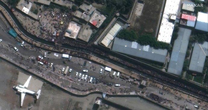 ONLINE: Obrazy zkázy, potoky krve a třetí silná exploze v Kábulu. Zemřely desítky lidí