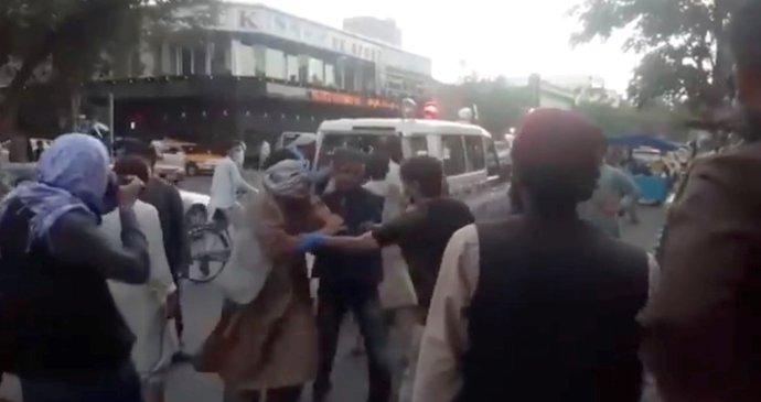 Sebevražedný útok v Kábulu: 12 mrtvých vojáků USA a potoky krve v ulicích. Svědek popsal chaos
