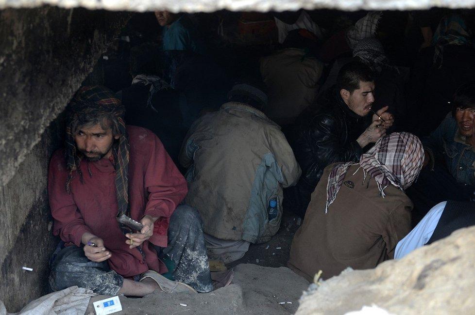 Afghánští narkomané pod mostem, mezi odpadky a ve spíchnutých přístřešcích.