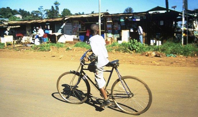 Africký chlapec na kole, ilustrační foto