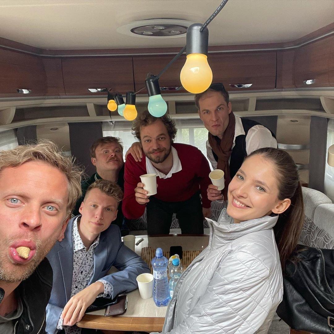 Jakub a ostatní herci při natáčení v karavanu