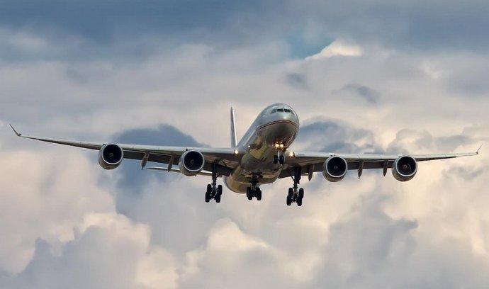 Airbus A340 aerolinek Etihad před přistáním na londýnském letišti Heathrow