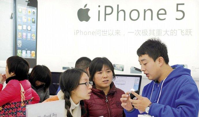 Akcie Applu reagovaly na chladné přijetí telefonu iPhone 5 v Číně. Předchozí model 4S vítali Číňané dlouhými frontami