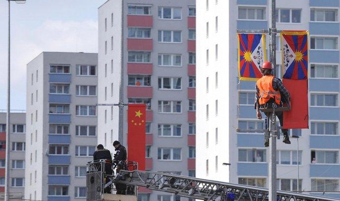 Aktivisté v Praze překrývali čínské vlajky tibetskými, policie zadržela 12 lidí