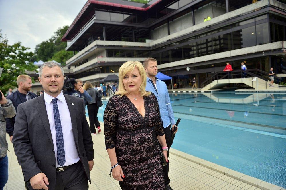 Alena Schillerová otevírá bazén u hotelu Thermal v Karlových Varech