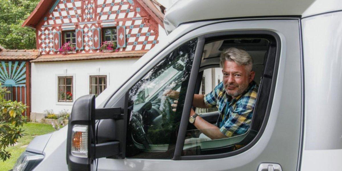 Aleš Háma moderuje pořad S karavanem po Česku