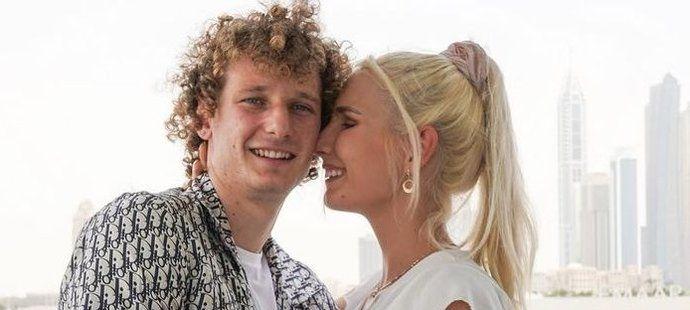 Alex Král se snoubenkou Markétou se už v Londýně zabydlují.