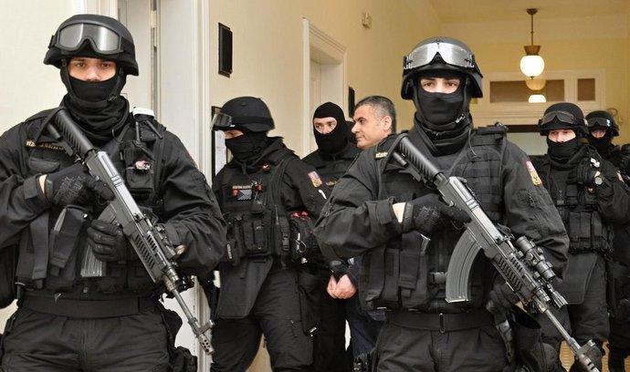 Alí Fajád vychází ze soudní síně Městského soudu v Praze, který řešil jeho vydání společně se dvěma dalšími muži podezřelými ze spolupráce s teroristy do USA (Praha, 18. prosince 2014)