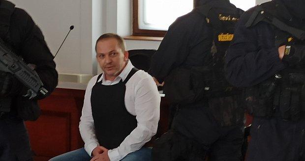 Kosovský Albánec Albert A. dostal 16 let za vraždu partnerky Květoslavy (†37). Zastřelil ji v Rokycanech v autě před zraky jejich syna (5).