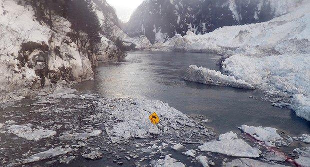 """Na Aljašce je takové """"vedro"""", že se ze silnic stávají řeky"""