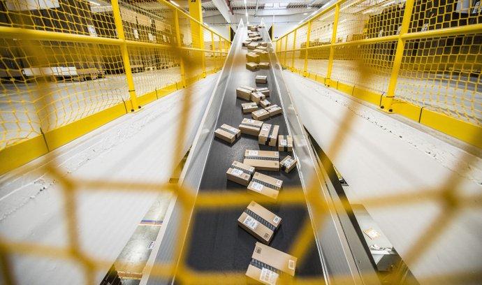 Tržby internetového obchodu Amazon se loni v Británii zvýšily o 51 procent na 19,5 miliardy liber (573 miliard korun).