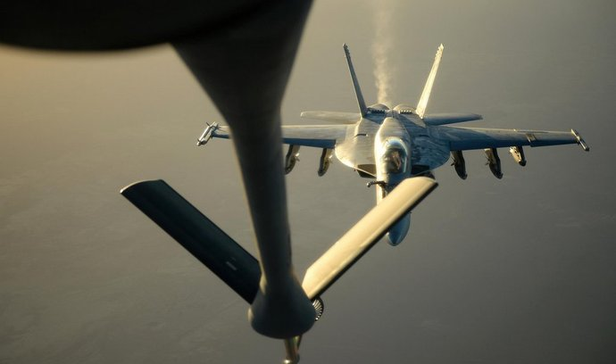 Americká stíhačka F15 tankuje během operace v Sýrii