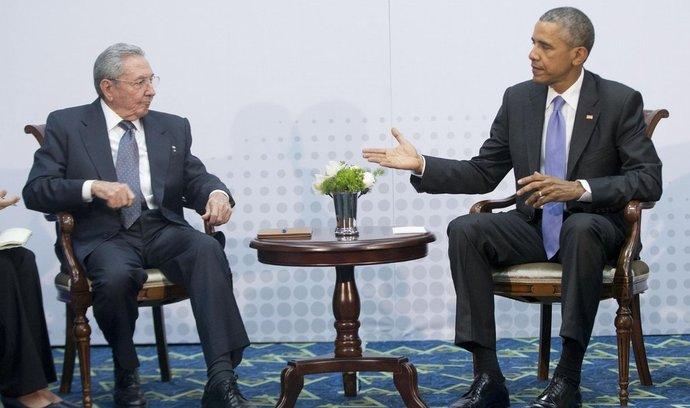 Americký prezident Barack Obama a kubánská hlava státu Raúl Castro