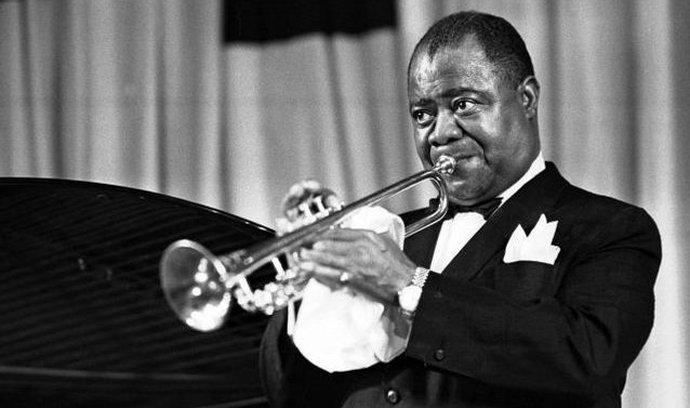 Americký trumpetista Louis Armstrong při vystoupení v pražské Lucerně v roce 1965.