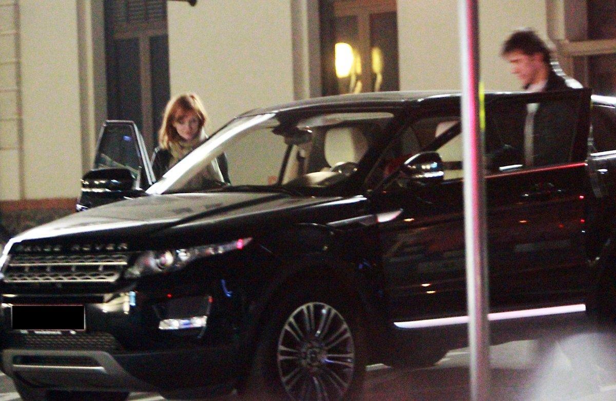 …a nasedli do auta, v němž si ještě chvíli povídali. Následně odjeli pryč.