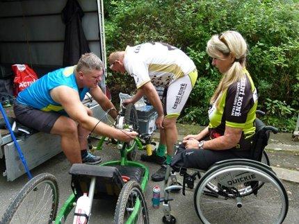 Na speciálním kole, tzv. handbiku, jezdí i závody.