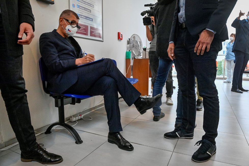 Premiér Andrej Babiš se v Ústřední vojenské nemocnici nechal potřetí naočkovat proti koronaviru.