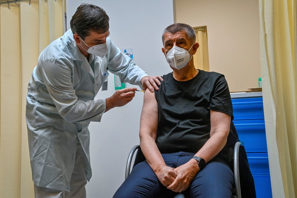 Premiér Andrej Babiš se v Ústřední vojenské nemocnici nechal potřetí naočkovat proti koronaviru