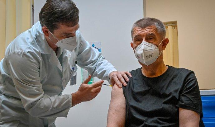 Premiér Andrej Babiš se v Ústřední vojenské nemocnici v Praze nechal naočkovat třetí dávkou vakcíny proti koronaviru