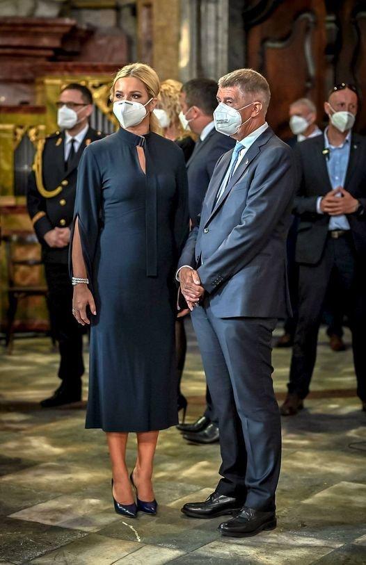 Andrej Babiš (ANO) s manželkou Monikou na pietní vzpomínce za hasiče, kteří zemřeli v souvislosti s 11. zářím 2001. Uskutečnila se v Chrámu sv. Mikuláše na Malé Straně