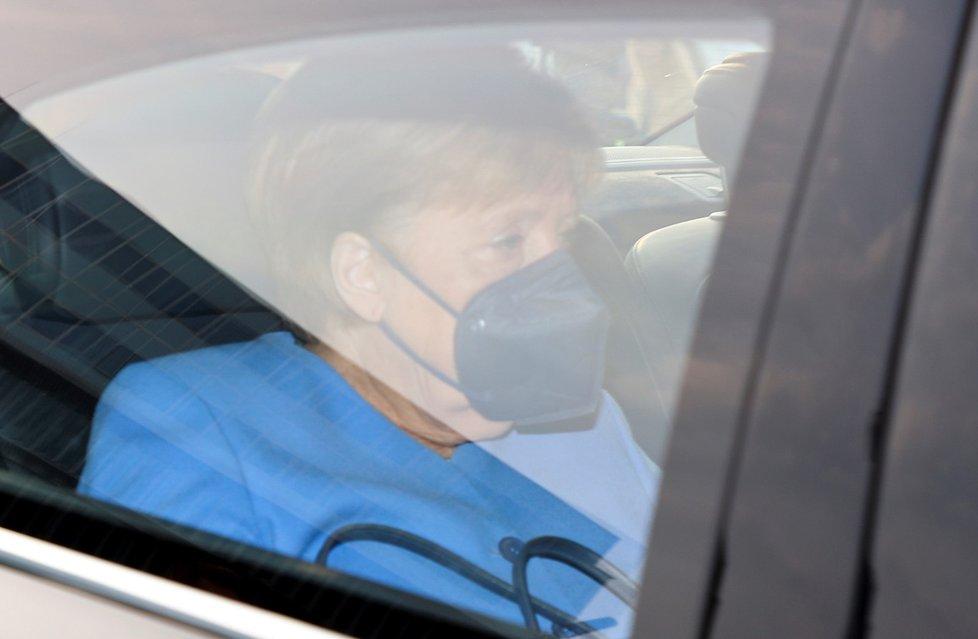 Kancléřka Angela Merkelová na cestě na jednání vedení CDU o výsledku německých voleb (27.9.2021)