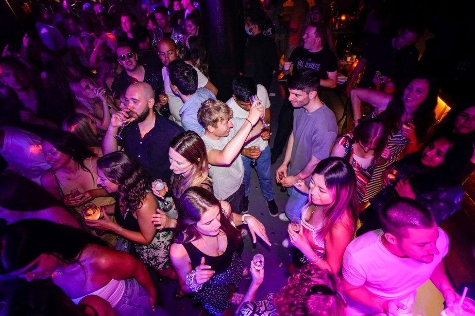 V Anglii mohly otevřít noční kluby, mladí lidé si tu po rozvolnění užívali bez roušek (19. 7. 2021).