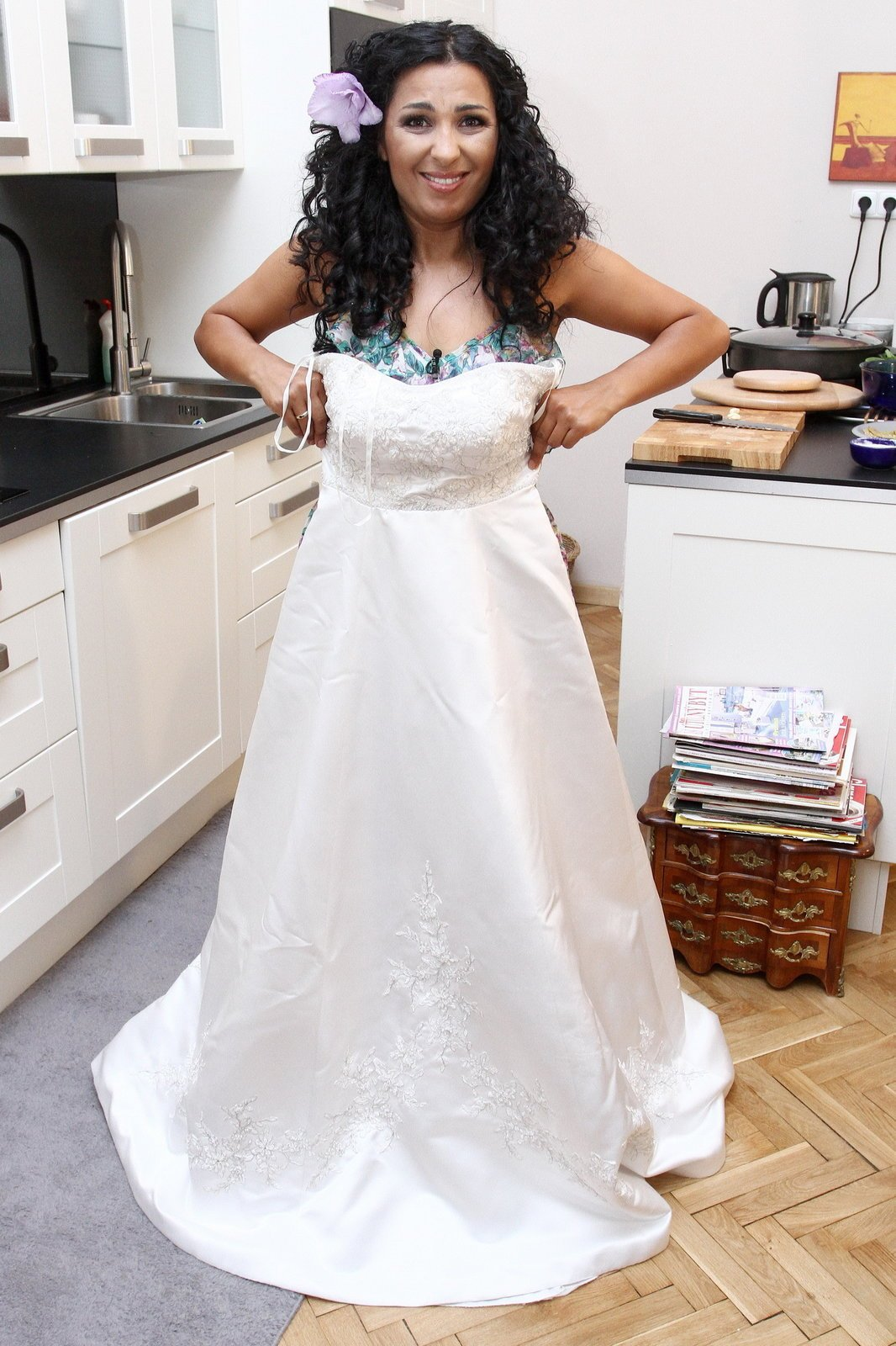 Těchto svatebních šatů se Anife zbavila. Hodila je do koše.