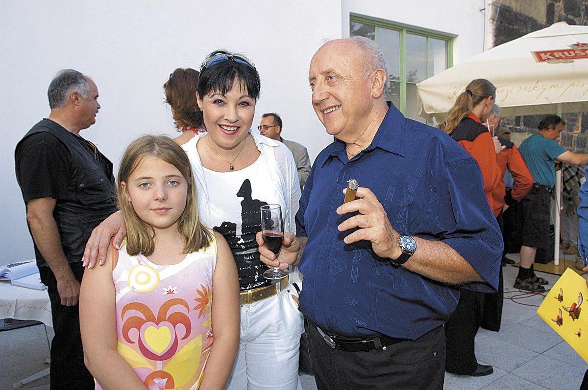 Anička s rodiči v roce 2005