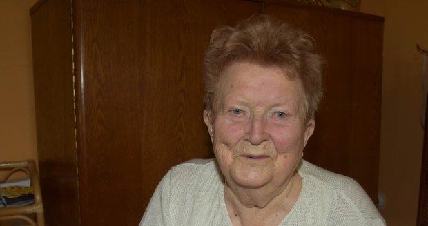 Paní Anna Váchalová (88) nad svým těžkým osudem vyhrála. I přesto, že nemá ruce, prožila plnohodnotný život a vychovala tři děti.