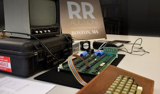 PICTURE: For Apple's historic computer, the buyer didn't hesitate to give almost a million dollars