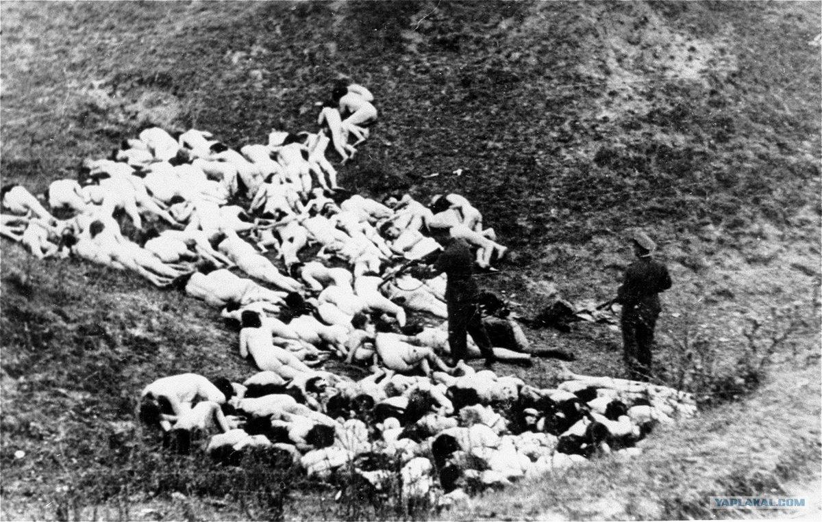 Němci si fotili své oběti. Zprvu byli na své činy hrdí, později se je snažili zamaskovat