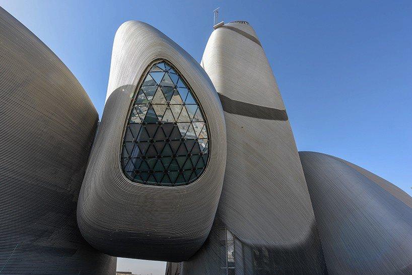 Světové kulturní centrum saudského krále Abduláha evokuje vejce nebo kamínky z kovu. Autorem stavby s organickými oblinami je atelier Snoheta.