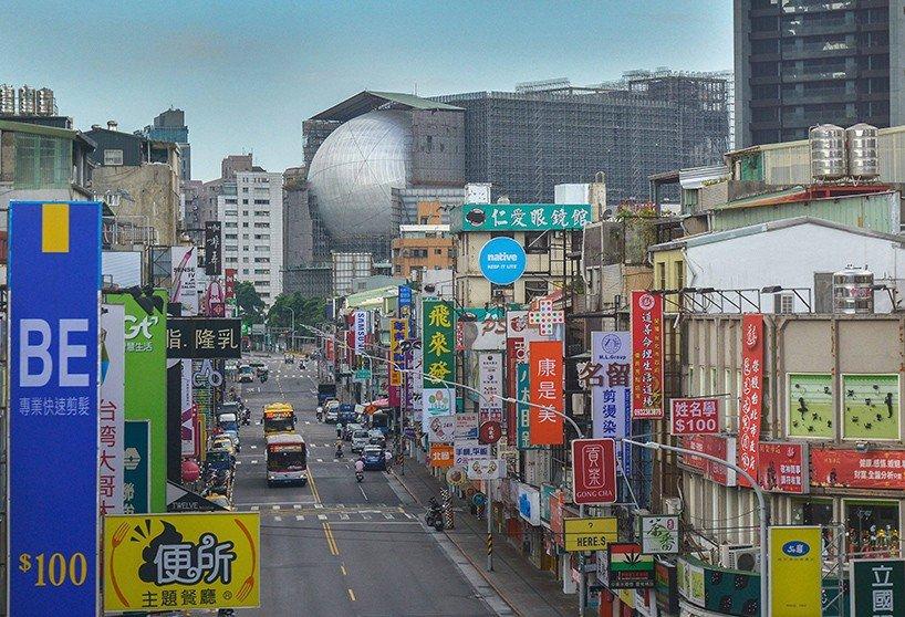 Centrum užitého umění v Taipeji navrh ateliér OMA. Stavbě dominuje obří koule z kovu.