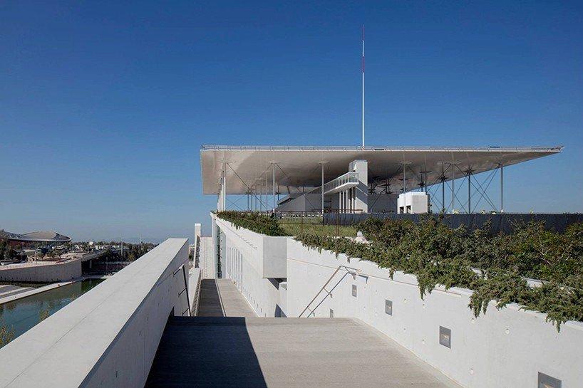 Kulturní centrum Nadace Stavrose Niarchose od architekta Renza Piana stojí v Řecku asi 4 kilometry od Atén. Obří střechy komplexu pokrývají solární panely.