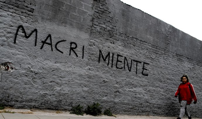 """Macri lže"". Vzkaz pro argentinského prezidenta na zdi v Buenos Aires"