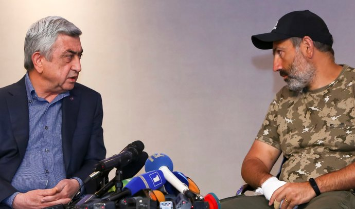 Arménský premiér Serž Sargsjan a vůdce protestů Nikol Pašinjan