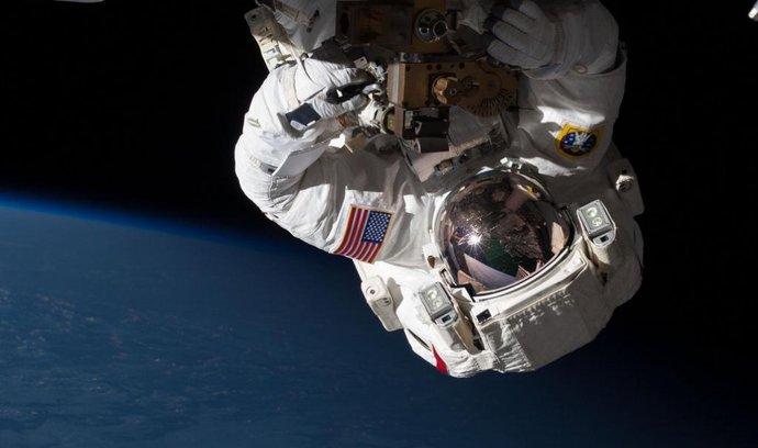 Astronaut Chris Cassidy při opravě ISS