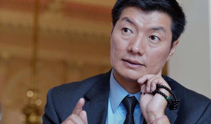 Ať má Česko dobré vztahy s Čínou, nemělo by ale prodávat své hodnoty. V rozhovoru pro ČTK to 13. října na konferenci Forum 2000 řekl tibetský exilový premiér Lozang Sanggjä (na snímku).