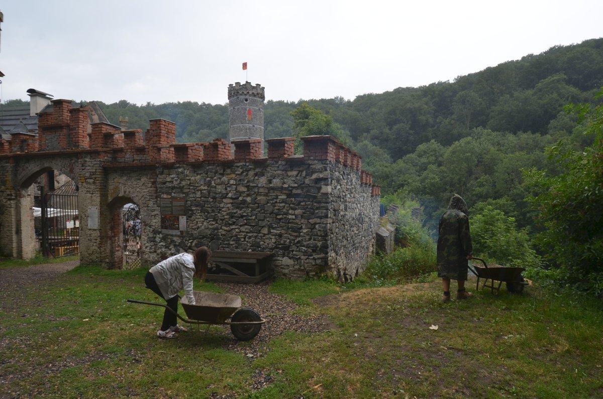Děti z dětských domovů a studenti z celého světa začali společně zvelebovat hrad v pondělí.