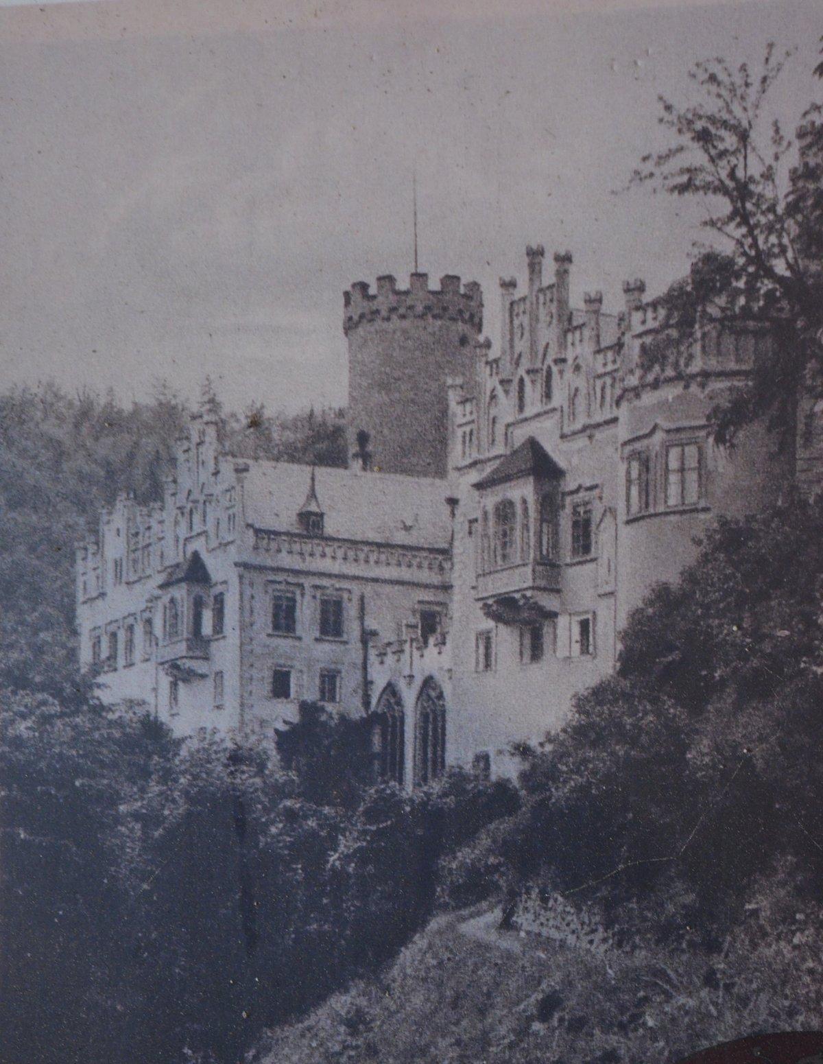 Dobové foto hradu a zámku. Hauenštějnu se dodnes přezdívá Malá Hluboká, kdysi totiž zámek v Hluboké připomínal.