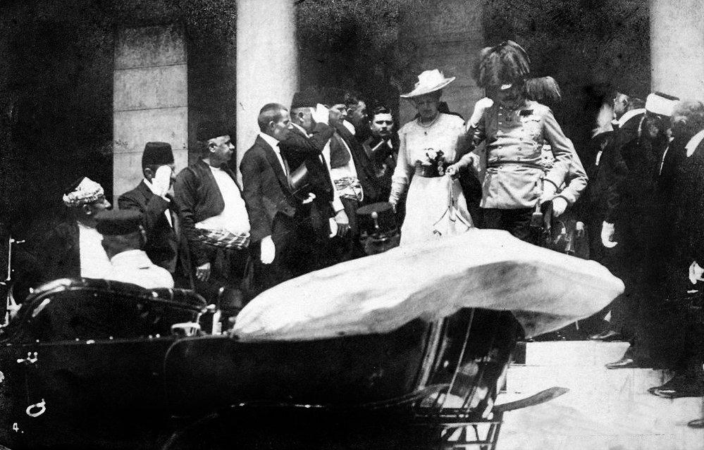 Na radnici se arcivévoda rozhodl navštívit raněné, z radnice se tedy automobilem s manželkou vydali za nimi
